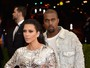 Kim Kardashian usa fenda profunda, e Kanye West vai de jeans em red carpet