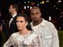 Kim Kardashian usa fenda profunda, e Kanye West vai de jeans em red carpet