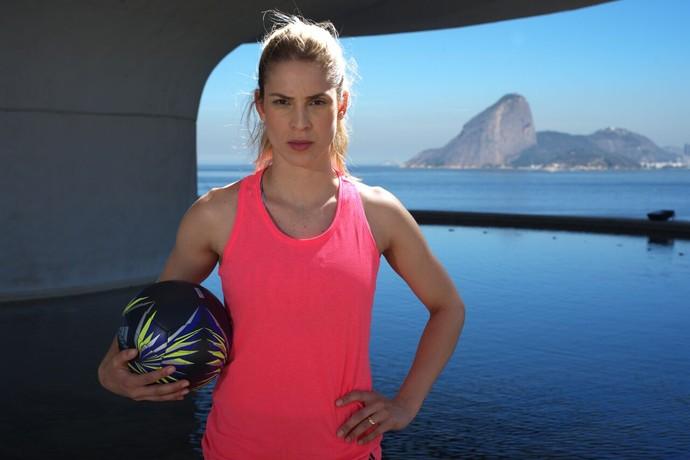 Camila Brait, líbero da Seleção Brasileira, no MAC (Museu de Arte Contemporânea de Niterói) (Foto: Divulgação/Adidas)