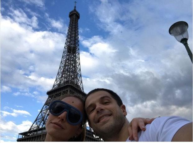 Sabrina e Duda com a Torre Eiffel ao fundo (Foto: Reprodução Instagram)