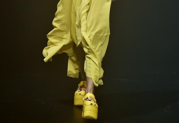 Na passarela da Balenciaga, o calçado - tido pelo mundo fashion por anos como duvidoso - ganha status de objeto de desejo (Foto: Imaxtree)