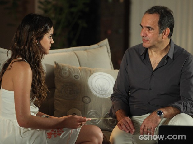Luiza entrega convite de casamento para Virgílio (Foto: Camila Camacho / TV Globo)