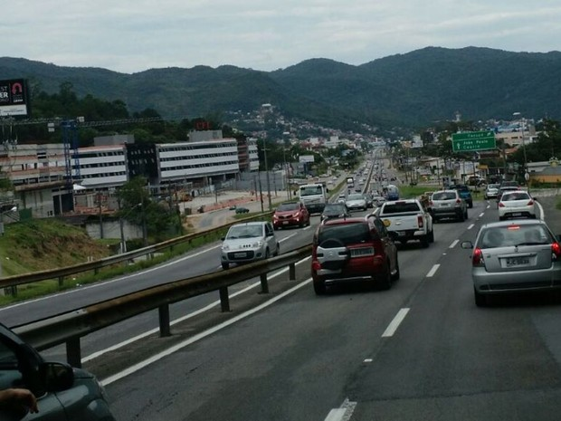 Trânsito intenso nos dois sentidos da SC-401 no início da tarde desta quarta (30) (Foto: Fabian Londero/RBS TV)