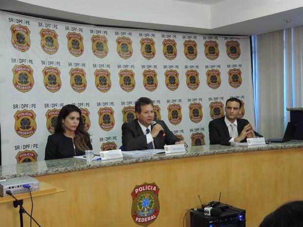 Superintendente da PF em Pernambuco, Marcelo Diniz Cordeiro (centro), passou detalhes da Operação Pulso junto a delegados (Foto: Katherine Coutinho / G1)
