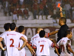 Jogo teve duas expulsões, uma pra cada lado (Foto: Felipe Martins/GLOBOESPORTE.COM)