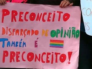 Cartazes com mensagens escola São Carlos (Foto: Arquivo Pessoal/Yasmim Fiorentino)