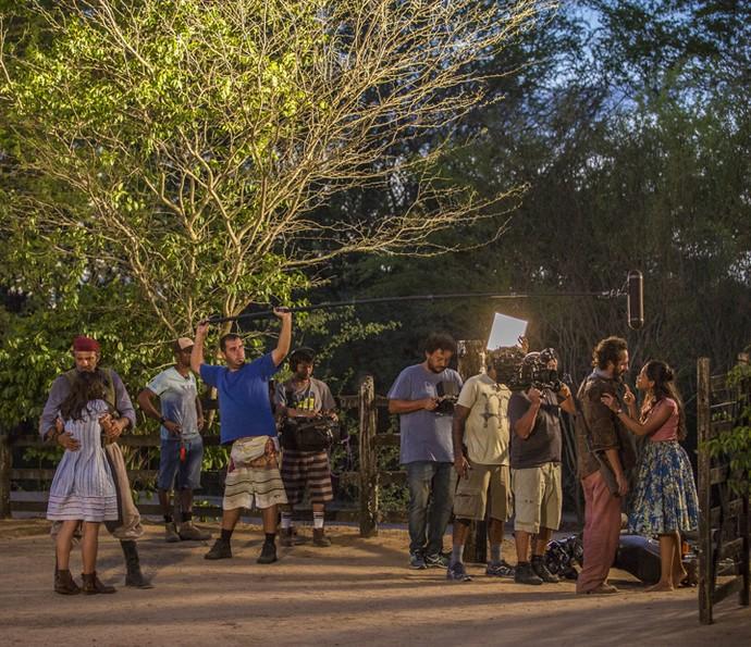 Atores e equipe trabalham juntos durante as gravações de 'Velho Chico' (Foto: Felipe Nahon/ Gshow)