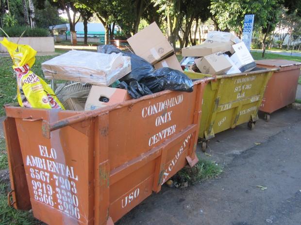 Lixo se acumula em contêiner na comercial da quadra 302/303 Norte nesta segunda (18) (Foto: Gustavo Schuabb/G1 DF)