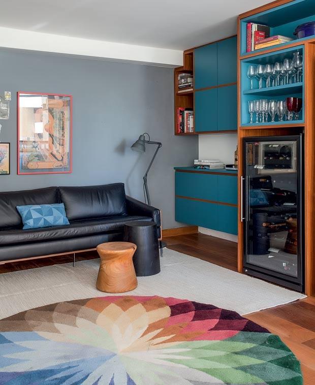 sala-tapete-sofa-estante-marcenaria-banqueta (Foto:   Marco Antonio/Editora Globo)
