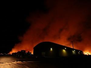 Grandes colunas de fumaça se formaram por causa do incêndio e era possível vê-las de longe (Foto: Jonathan Lins/G1)