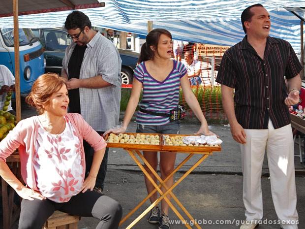 Carolina vende canudinhos de coco na feira ao lado de Nieta e Nenê (Foto: Guerra dos Sexos / TV Globo)