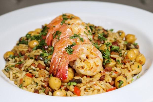 Camarão grelhado com arroz de chouriço: aprenda receita suculenta (Foto: Oseias Barbosa/Divulgação)