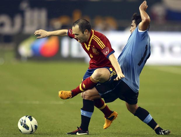 Iniesta Lodeiro Espanha Uruguai (Foto: AP)