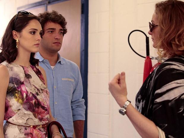 Cida reencontra Sônia nos corredores da casa de custódia (Foto: Cheias de Charme / TV Globo)