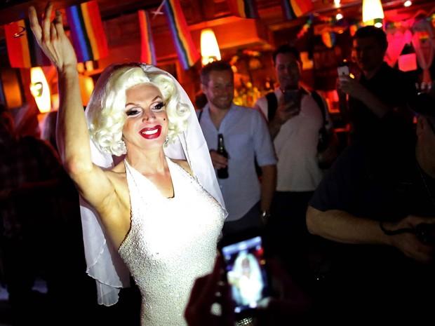 Carlotta Gurl, ativista dos direitos LGBT de Vancouver, no Canadá, celebra a decisão da Suprema Corte americana no Stonewall, bar gay icônico no bairro de West Village, em Nova York (Foto: Yana Paskova/Getty Images/AFP)