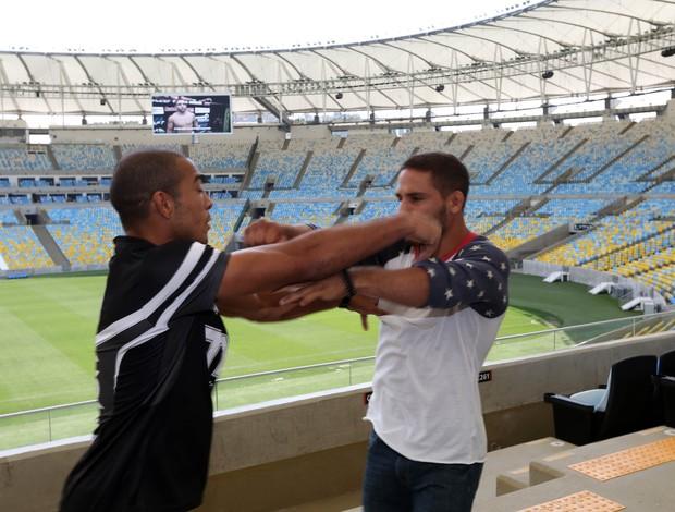 José Aldo e Chad Mendes se empurram no media day do UFC Rio 5 (Foto: André Durão)