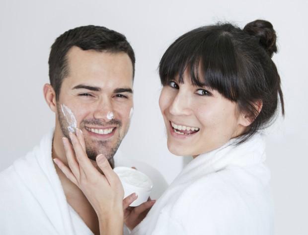 4 razões para você roubar os produtos de beleza do seu namorado