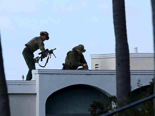 Homens da força especial Swat tomam posição para cercar homem armado em San Diego (Foto: REUTERS/Mike Blake)