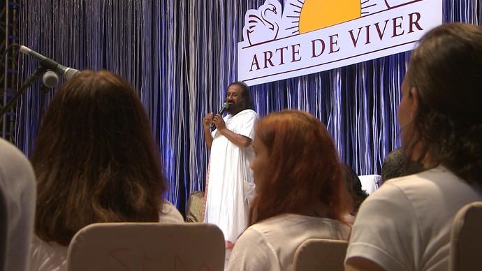 Líder espiritual Sri Sri Ravi Shankar criou dinâmica de meditação (Foto: TV Bahia)