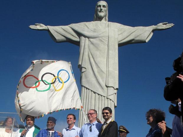 Bandeira olímpica foi levada ao Cristo Redentor neste domingo (19) (Foto: Bernardo Tabak/G1)
