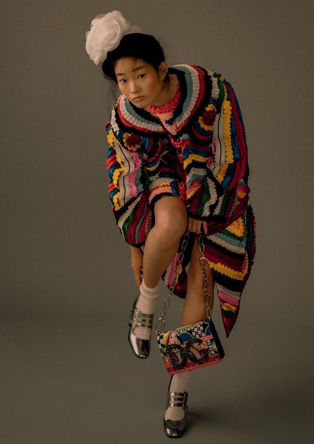HyunJi Shin usa casaco, vestido, brincos e bolsa, tudo Dolce & Gabbana. Chapéu, Harlem's Heaven Hat Boutique; sapatos, Carel (Foto: Zee Nunes)