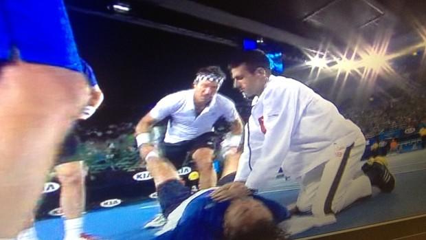 Djokovic vira médico e brinca com ex-tenista Henri Leconte no aberto da austrália (Foto: Reprodução)