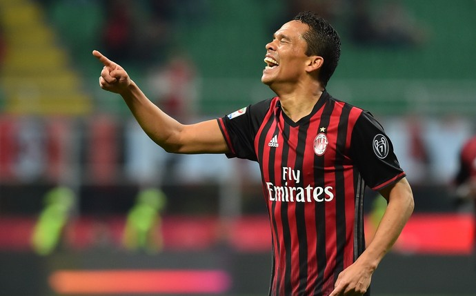 bacca, milan x chievo (Foto: GIUSEPPE CACACE / AFP)