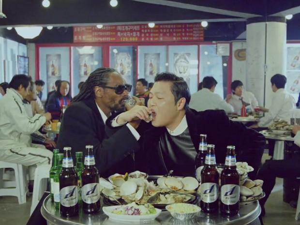 Psy e Snoop Dogg no clipe de 'Hangover' (Foto: Divulgação)