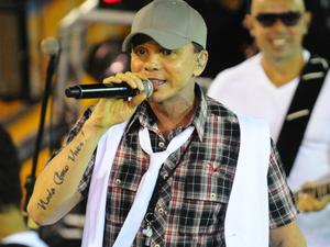 Cantor baiano animou o corredor da folia com sucessos de axé. (Foto: Fred Pontes/Divulgação)