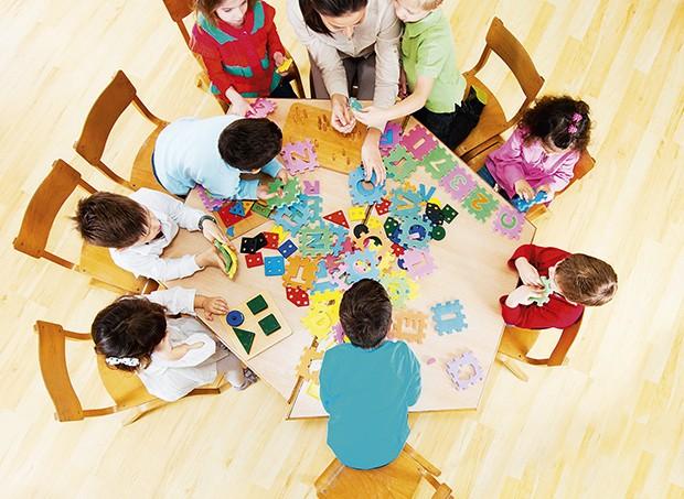 Escola com crianças a mesa (Foto: Kristian Sekulic/Getty Images)