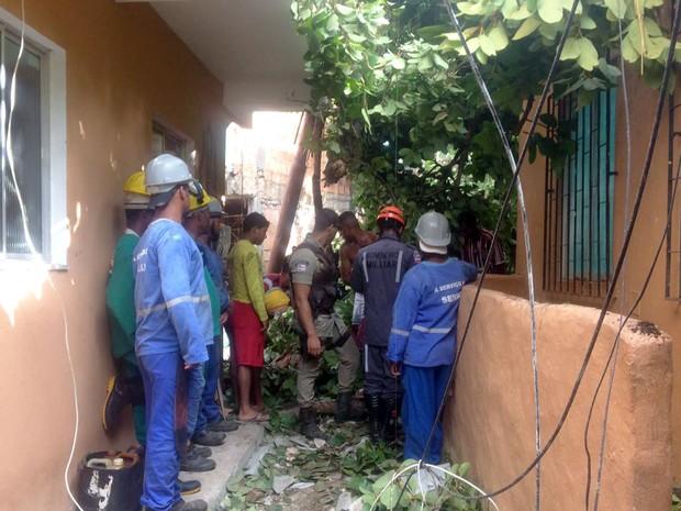 Ao menos duas pessoas ficaram feridas no acidente (Foto: Juliana Almirante/G1)