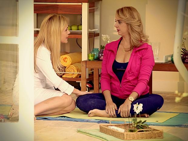 Carminha convence a cunhada a investir em Max (Foto: Avenida Brasil / TV Globo)