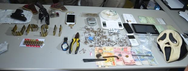 Operação apreendeu revólveres, munições e pedras de crack  (Foto: Walter Paparazzo/G1)