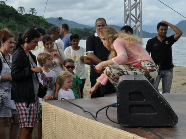 Benício e Joaquim acompanham a gravação do 'Estrelas' em Paraty, no Rio (Foto: Divulgação)