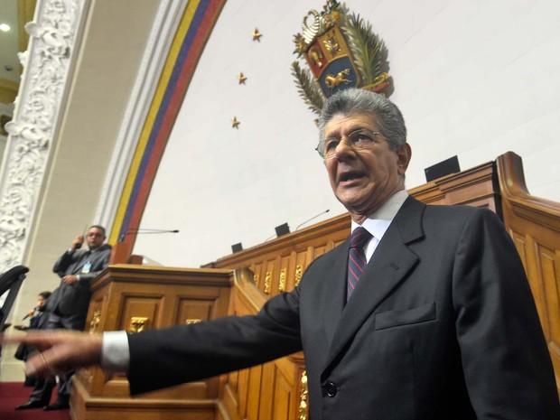 Novo presidente do Parlamento da Venezuela, Henry Ramos Allup, chega à Assembleia Nacional para a cerimônia de posse dos novos legisladores netsa terça-feira (5) (Foto: AFP PHOTO/JUAN BARRETO)