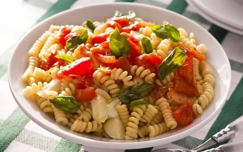 Salada italiana de tomate, macarrão e manjericão
