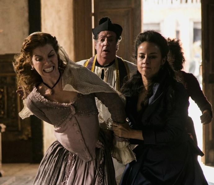 Joaquina se irrita com Branca e a leva para pedir perdão (Foto: Raphael Dias/TV Globo)