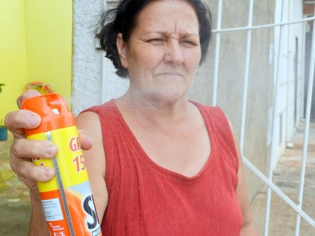 Lourdes Torin usa até dois frascos de inseticida por semana (Foto: Claudia Assencio/G1)