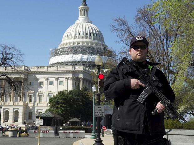 Policial faz guarda após Capitólio ser fechado nesta segunda-feira por relatos de tiros (Foto: REUTERS/Joshua Roberts)