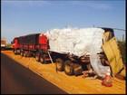 Carga de amianto cai em vicinal após choque entre caminhões em Olímpia