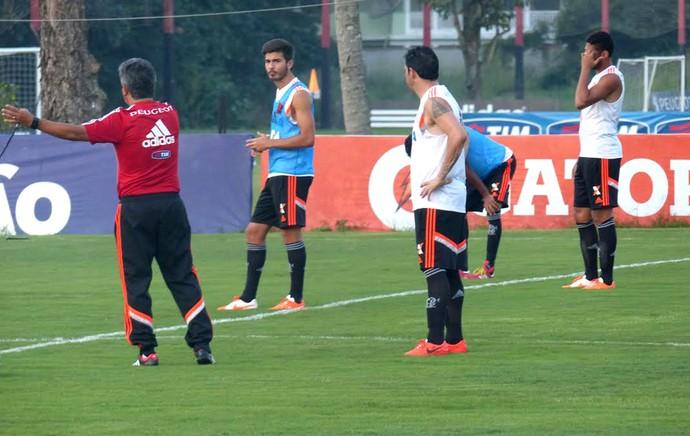 jogadores no treino do Flamengo (Foto: Thiago Benevenutte)
