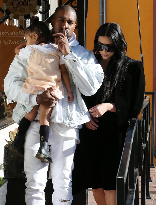 Kanye West, com a filha North no colo, e Kim Kardashian  (Foto: Grosby Group/Agência)