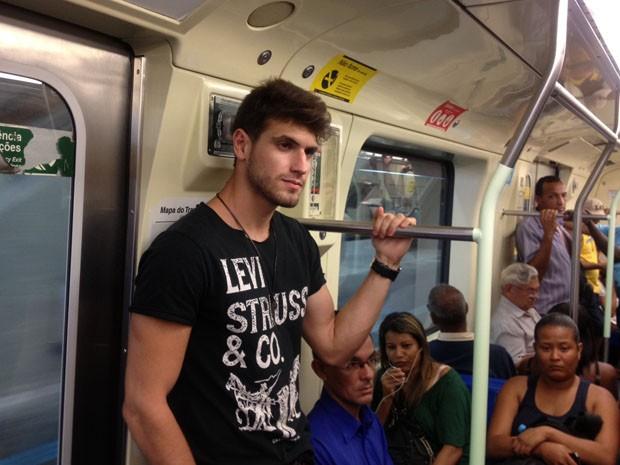 Guilherme indo de metr� para o trabalho (Foto: Let�cia Macedo/G1)