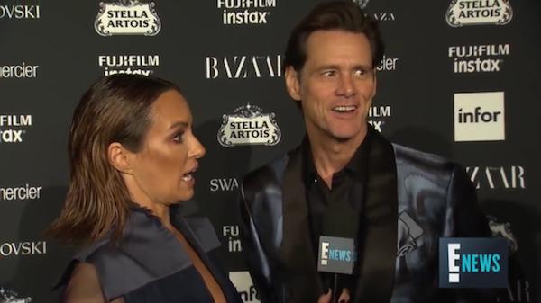 O ator Jim Carrey e a repórter constrangida com suas declarações na New York Fashion Week (Foto: Reprodução)