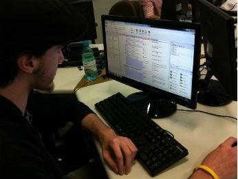 Trabalho de programação é feito com base nos conceitos de sala de aula (Foto: Fernando Castro/G1)