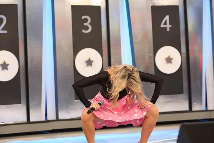 Dani Calabresa dança até o chão no 'Ding Dong' (Foto: Carol Caminha/Gshow)