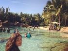 Lívian Aragão curte Natal em parque aquático de Orlando