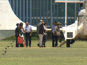 Dilma Rousseff viaja com a família para a base naval de Aratu/GNews (Foto: Reprodução GloboNews)