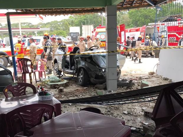Vítimas estavam dentro do carro e nenhum cliente do restaurante chegou a ser atingido (Foto: Walter Paparazzo/G1)