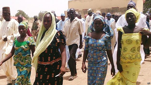Estas alunas da escola de Chibok conseguiram fugir de seus agressores (Foto: AP/BBC)